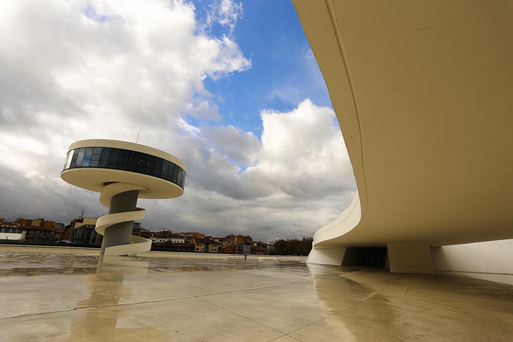 Centro Niemeyer. Vista de la posición de la Torre en la Plaza. Detrás, Avilés.
