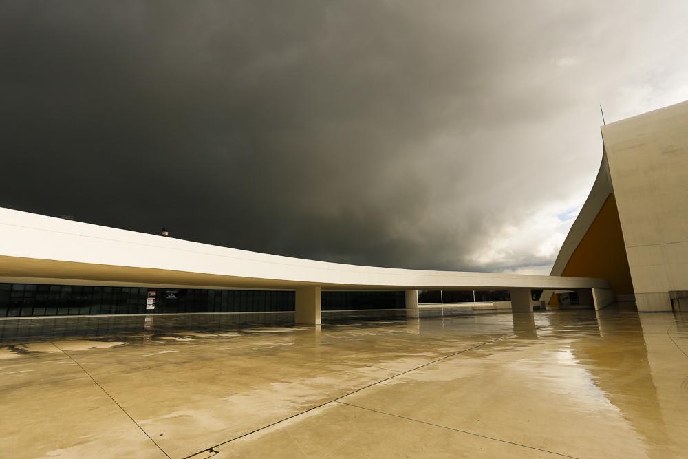 Centro Niemeyer. Parte de la Plaza con el Auditorio a la derecha y el Edificio Polivalente detrás, a la izquierda.