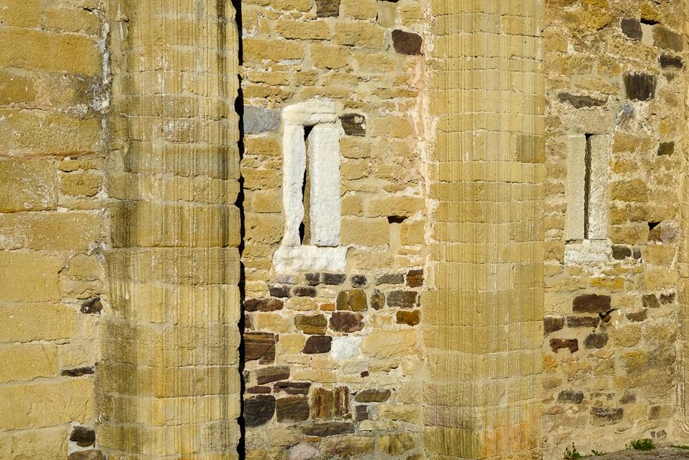 Texturas increíbles formadas por muros y contrafuertes en San Miguel de Lillo.