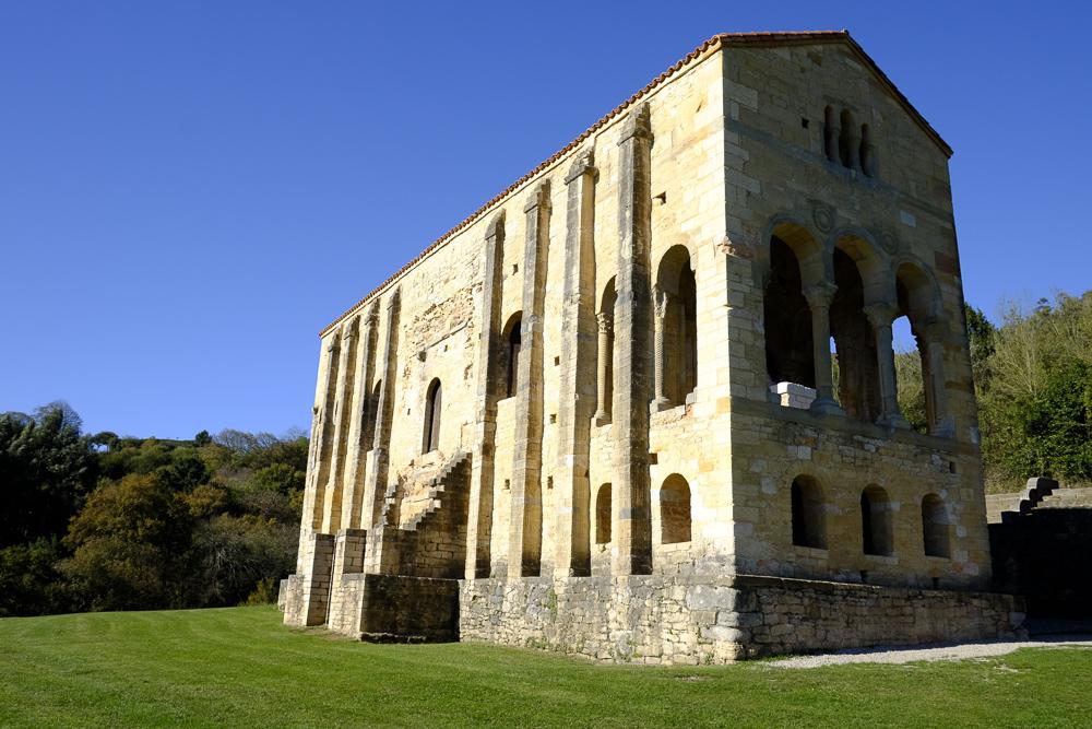 Santa María del Naranco. Fachada Este (en sombra) y Sur.