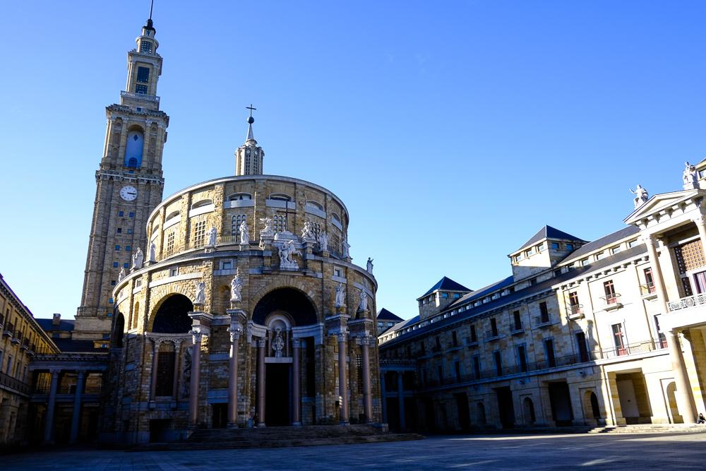 Patio central. Iglesia y Torre del conjunto.