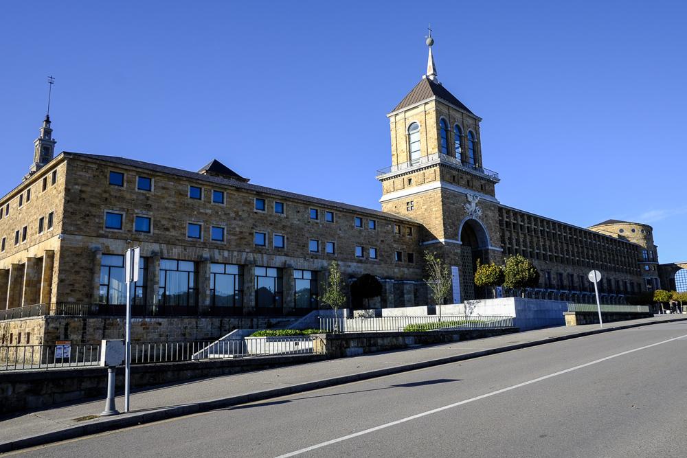 Universidad Laboral. Fachada Este y entrada.