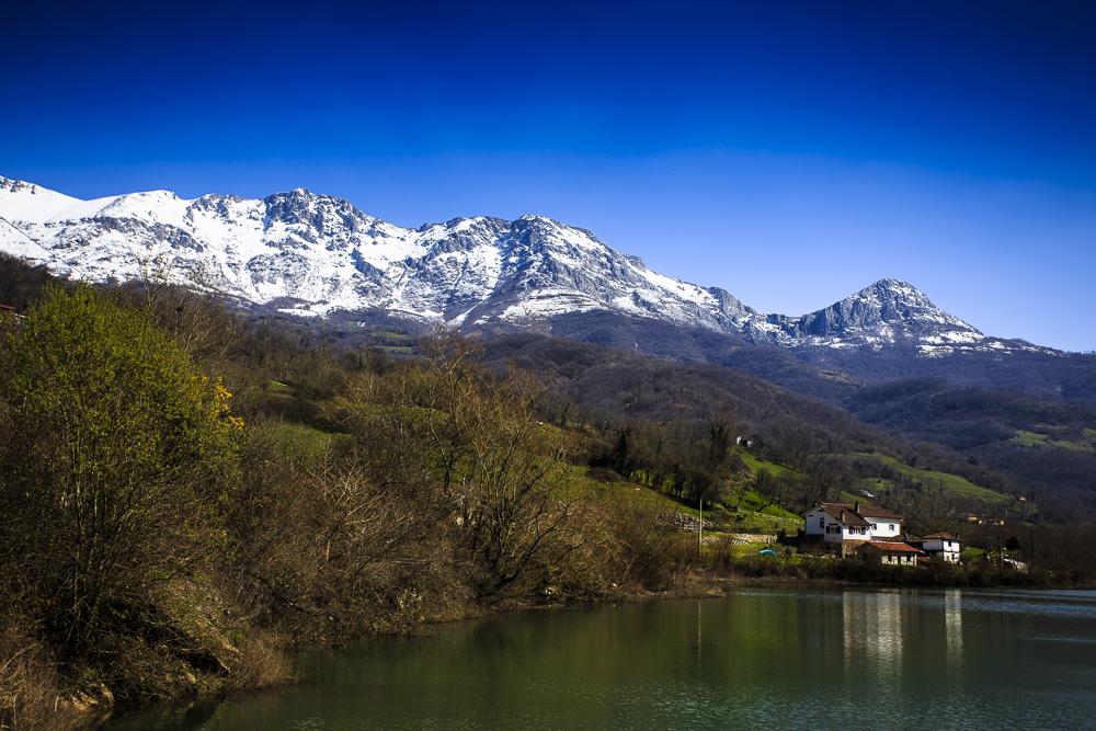 Sierra del Aramo desde el Embalse de Valdemurio.