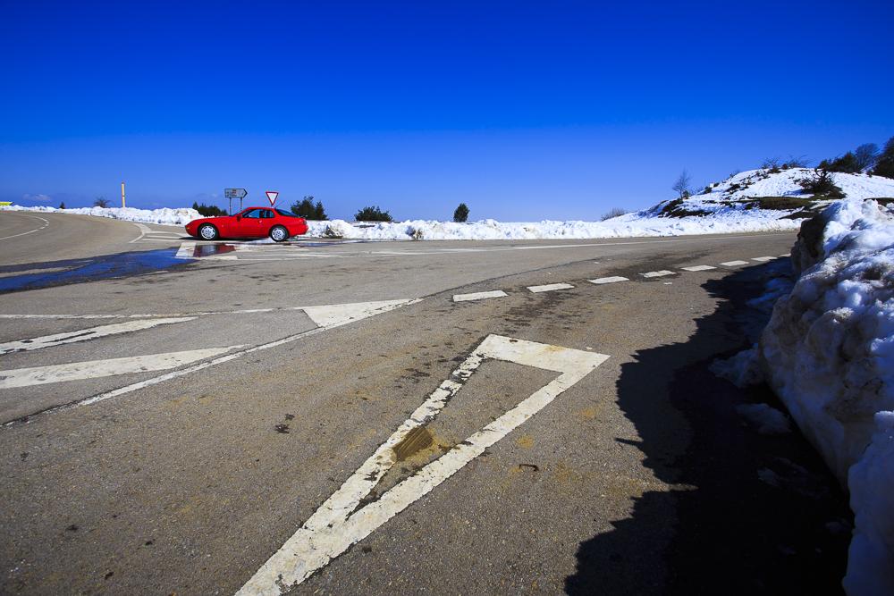 El Porsche 968 en la cima del Alto de la Cobertoria.