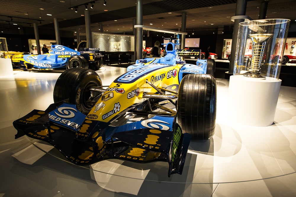 Los dos Renault del Bicampeonato del Mundo de F1. Y la copa bien visible.
