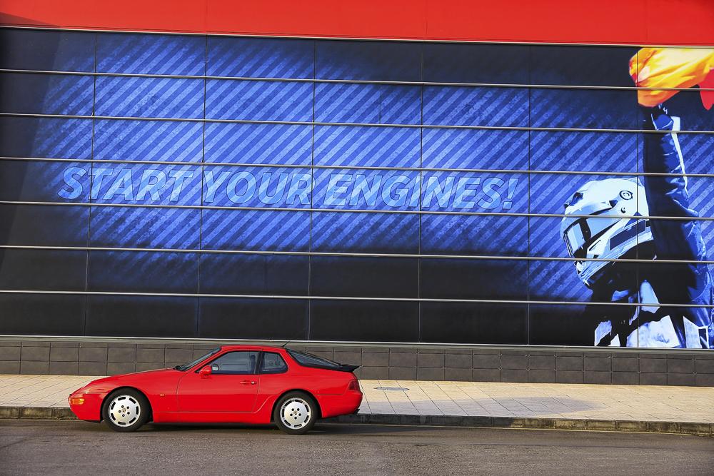 Porsche 968 aparcado frente a la fachada principal del Museo Fernando Alonso.
