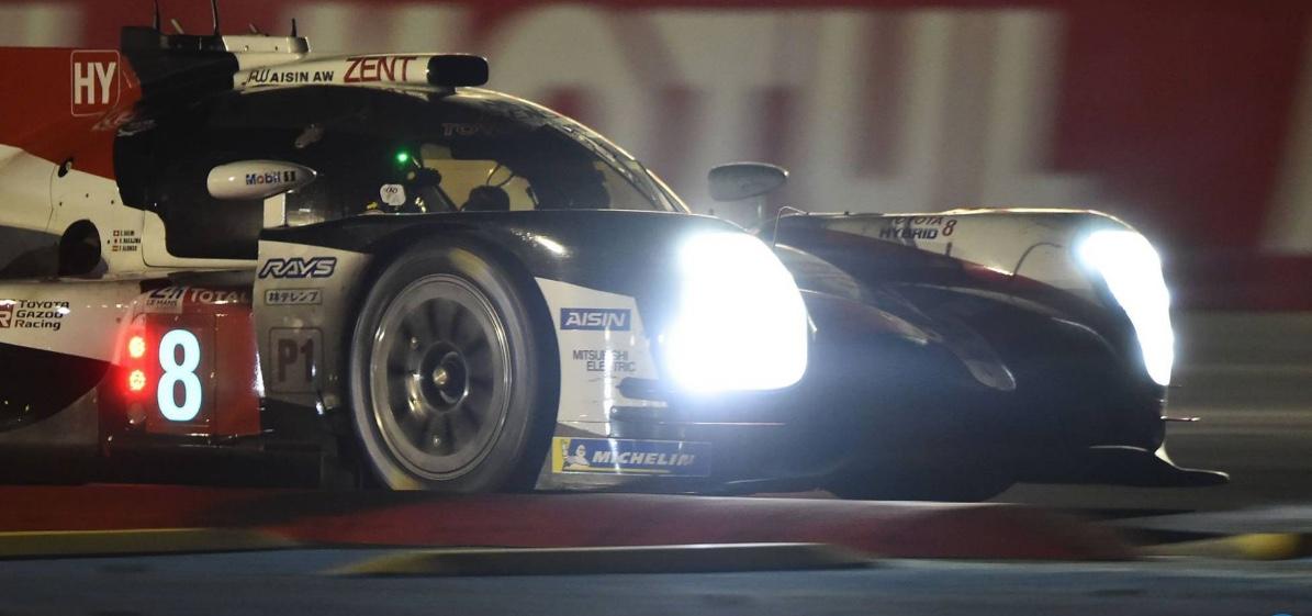 El Toyota Hybrid #8 en la noche de Le Mans.