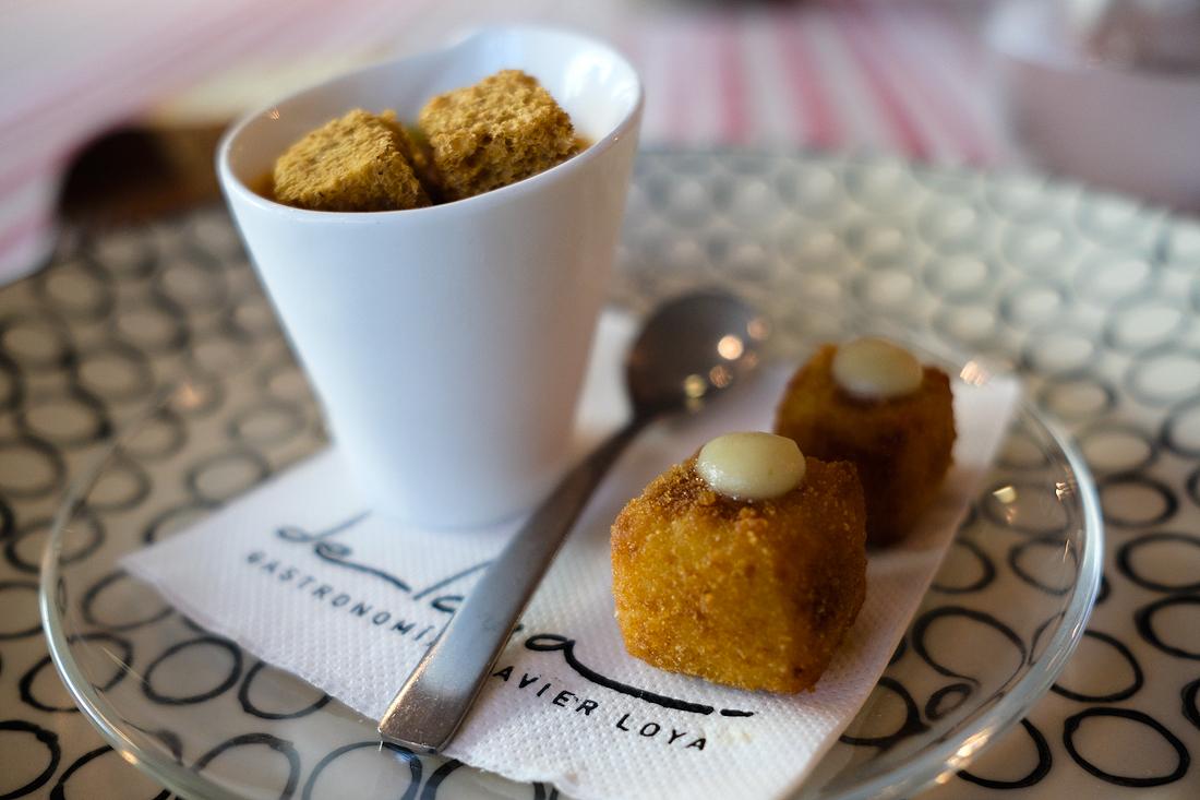 Gazpacho andaluz con su picada de verduritas y croquetas de queso con compota de manzana.