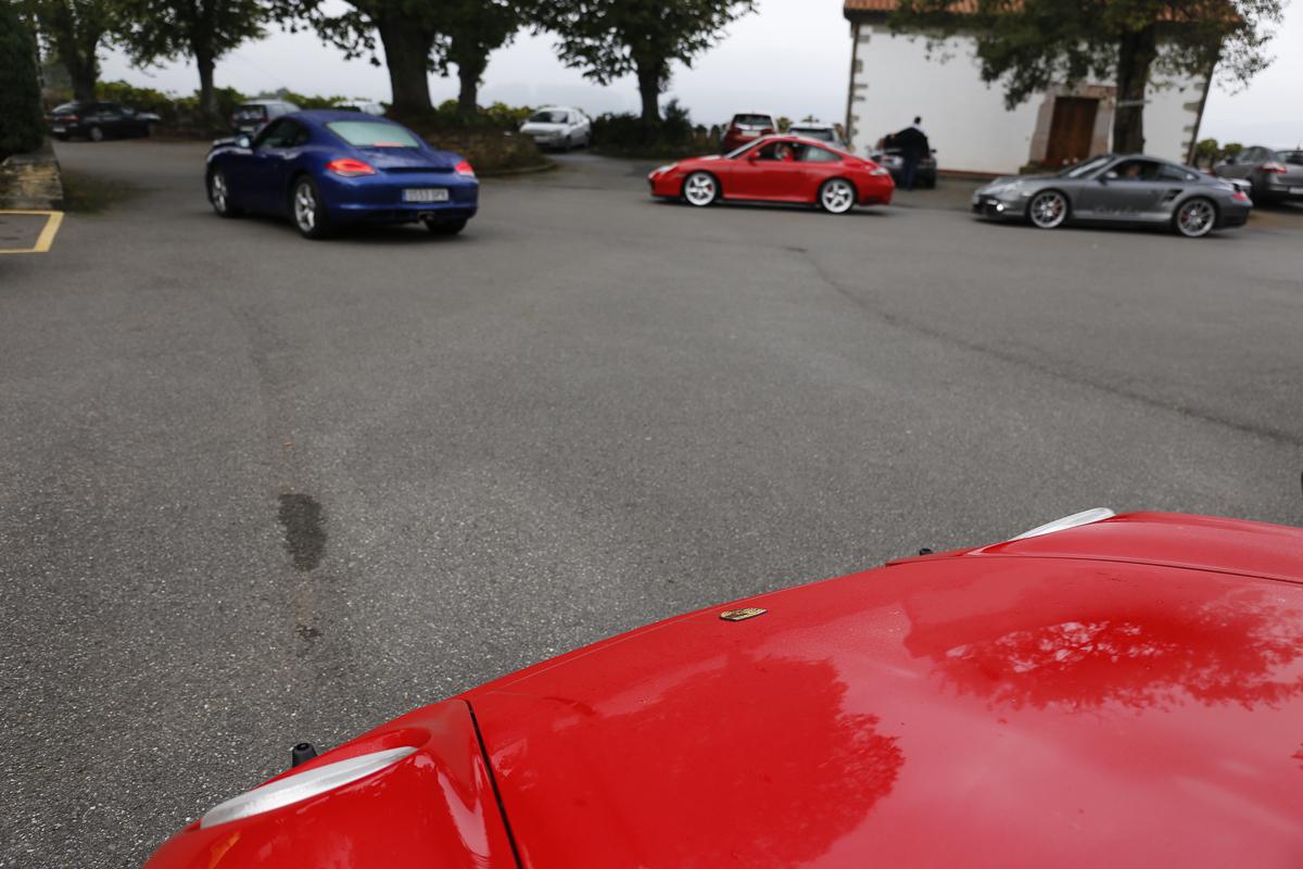 Los últimos Porsche abandonando el Hotel elegido como punto de partida.
