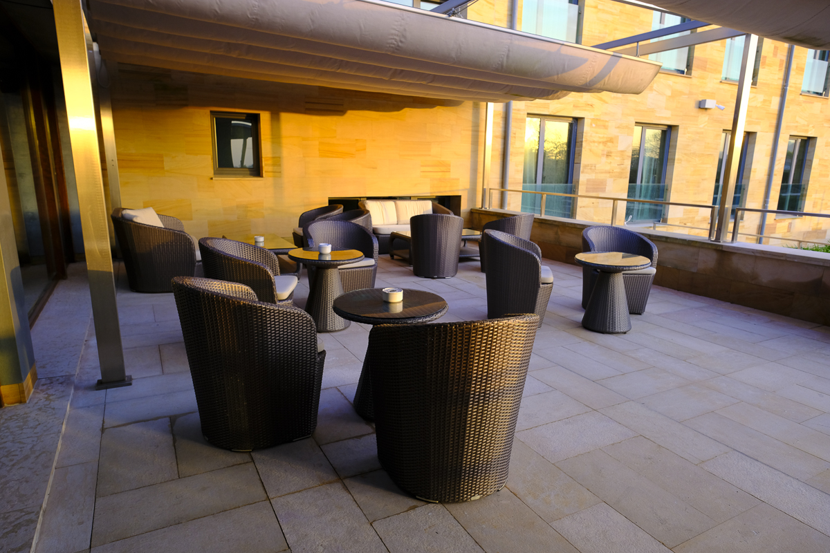 Hotel Artiem Asturias: Parte de la terraza al atardecer.