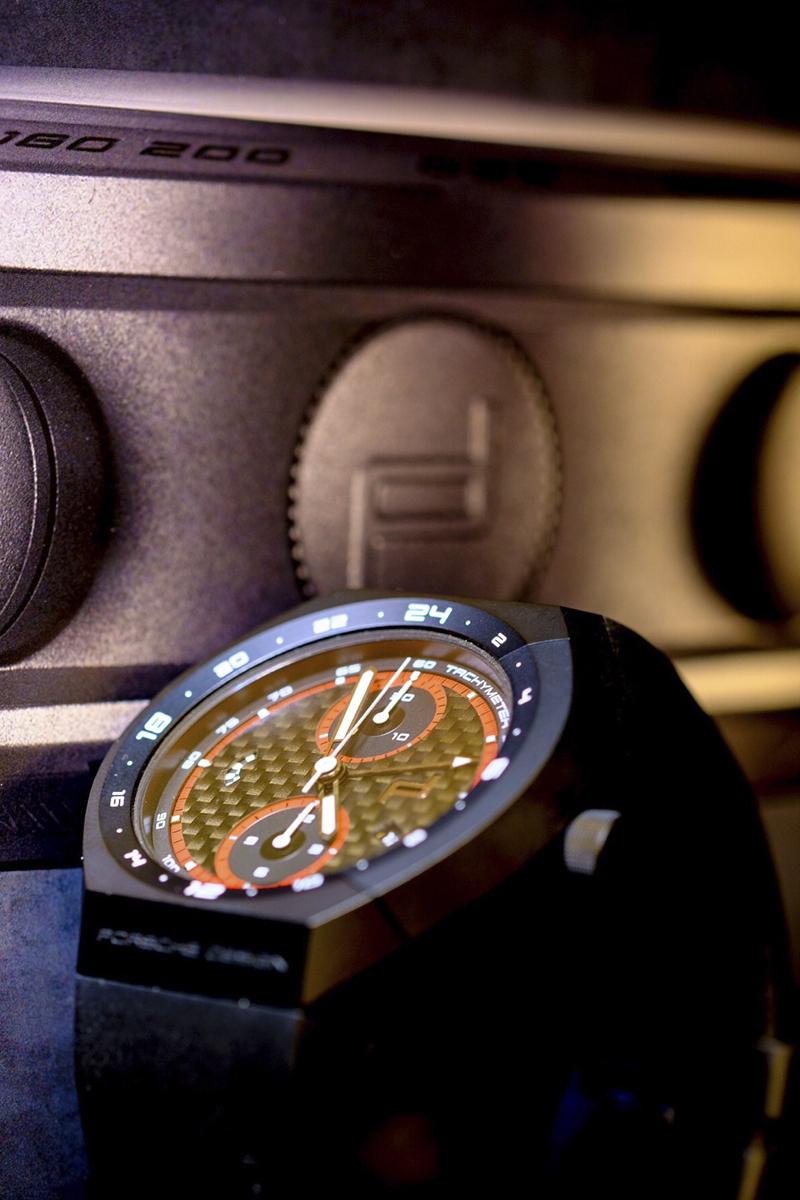 Porsche Design Monobloc Actuator Edición Especial: Vista general y perfil con la corona mostrando el logotipo.